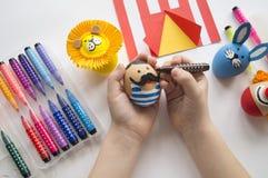 复活节的概念用逗人喜爱和快乐的手工制造鸡蛋、兔子、小丑、大力士和狮子 免版税库存照片