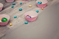 复活节的背景 在木板条的复活节彩蛋 在木背景的五颜六色的复活节彩蛋 免版税库存图片