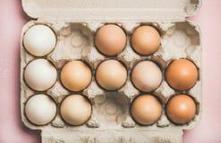 复活节的自然色的鸡蛋在箱子,水平的构成 免版税库存图片