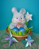 复活节看板卡-兔宝宝,在篮子的鸡蛋-库存照片 库存照片