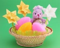 复活节看板卡-兔宝宝,在篮子的鸡蛋-库存照片 免版税图库摄影
