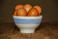 复活节碗用在木背景的复活节彩蛋 在碗的鸡蛋在桌特写镜头 鸡蛋 库存图片