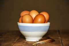 复活节碗用在木背景的复活节彩蛋 在碗的鸡蛋在桌特写镜头 鸡蛋 图库摄影
