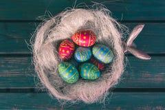 复活节碗用choclate鸡蛋,绿色长凳,Paasdecoratie,paas eitjes 免版税图库摄影