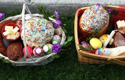 复活节篮子的传统奉献与蛋糕kulich乌克兰样式和色的鸡蛋的 免版税库存照片