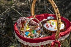 复活节篮子蛋糕 免版税图库摄影