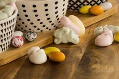 复活节糖果鸡蛋和动物形状的蛋白软糖在木surfa 库存照片