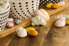 复活节糖果鸡蛋和动物形状的蛋白软糖在木surfa 免版税库存照片