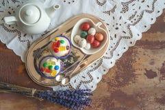 复活节结块用结冰和橘子果酱装饰和焦糖在箱子的小杏仁饼鸡蛋 复活节装饰 关闭 库存照片