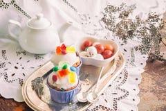 复活节结块用结冰和橘子果酱装饰和焦糖在箱子的小杏仁饼鸡蛋 复活节装饰 关闭 库存图片