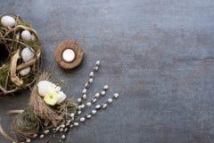 复活节花圈、柔荑花、郁金香和蜡烛在板岩pl安排了 库存照片