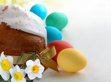 复活节蛋糕和复活节彩蛋在白色木桌上 免版税库存照片