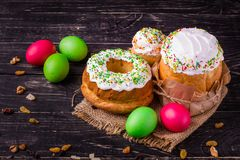 复活节蛋糕和复活节彩蛋,传统假日属性复活节快乐! 背景许多饺子的食物非常肉 可能 顶层 免版税库存图片