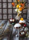 复活节蛋糕和鸡蛋与春天在水罐开花 免版税库存图片