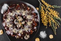 复活节蛋糕用巧克力,椰子,春天花,在黑暗的石背景的鹌鹑蛋 r r 库存图片