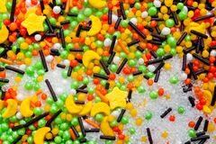 复活节蛋糕的装饰多彩多姿的粉末在白色背景 免版税图库摄影