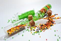 复活节蛋糕的装饰粉末在白色背景的玻璃瓶 免版税库存照片