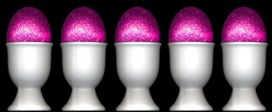 复活节装煮好带壳蛋之小杯蛋粉红色 免版税库存照片