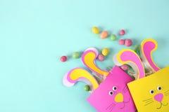 复活节装饰兔宝宝袋子用糖果 免版税库存照片