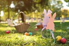 复活节装饰和鸡蛋在草在公园 库存图片
