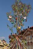 复活节装饰在老镇中心布拉格 库存照片
