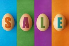 复活节销售提议,横幅模板 与字法的鸡蛋在色的背景 复活节彩蛋销售 春天商店市场海报设计 免版税库存照片