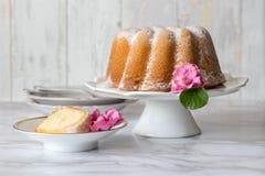 复活节鲜美酸性稀奶油重糖重油蛋糕和桃红色春天开花 免版税图库摄影