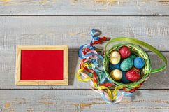 复活节,复活节彩蛋,篮子,春天,上色了丝带,框架,警察 图库摄影