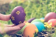 复活节,复活节快乐,五颜六色的复活节彩蛋寻找假日装饰复活节与拷贝空间的概念背景 图库摄影