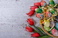 复活节,被绘的复活节彩蛋在碗复活节装饰设置了在白色背景后 免版税库存照片
