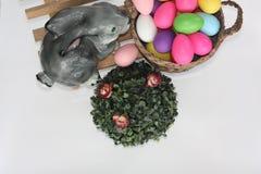 复活节 在一个长木凳的复活节兔子 免版税库存图片