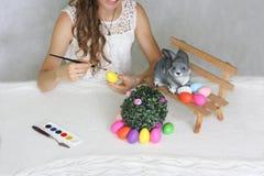 复活节 有复活节兔子的美丽的女孩 免版税库存照片