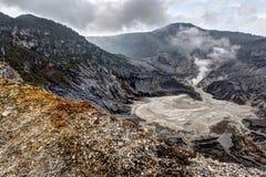复舟火山,火山的火山口在万隆,印度尼西亚 图库摄影