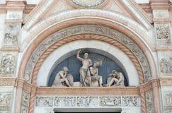 复活的半月形,圣Petronio大教堂门面在波隆纳 免版税库存照片