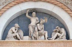 复活的半月形,圣Petronio大教堂门面在波隆纳 免版税库存图片