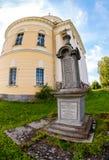 复活的寺庙和老墓碑在S村庄  库存照片