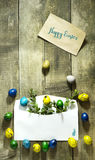 复活节上色了在一个邮政信封的鸡蛋在木背景 库存照片
