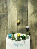 复活节上色了在一个邮政信封的鸡蛋在木背景 库存图片