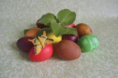 复活节上色了鸡蛋和薄菏 图库摄影