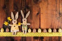复活节与减速火箭的装饰的葡萄酒背景 可爱的滑稽的复活节兔子 库存图片
