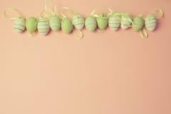 复活节与复活节彩蛋装饰的假日背景 免版税库存图片
