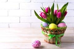 复活节与桃红色郁金香的桌焦点 免版税库存照片