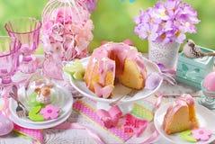 复活节与桃红色结冰和蝴蝶的圆环蛋糕塑造了糖spri 免版税库存图片