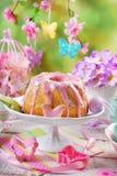 复活节与桃红色结冰和蝴蝶的圆环蛋糕塑造了糖spri 免版税库存照片