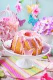 复活节与桃红色结冰的圆环蛋糕在上面 免版税库存照片