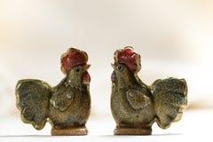 复活节两只滑稽的陶瓷母鸡 免版税库存图片