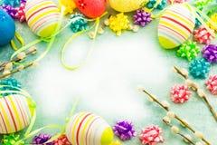 复活节五颜六色的鸡蛋,框架 库存照片
