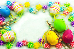 复活节五颜六色的鸡蛋,框架 免版税库存照片
