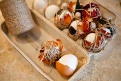 复活节传统-煮沸的自然色白色和红皮蛋用葱 免版税图库摄影
