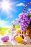 艺术复活节兔子和复活节彩蛋 图库摄影